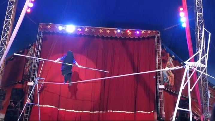 Equilibristas, palhacos, trapezistas e mágicos do circo Rakmer