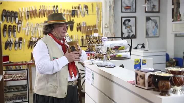 Em Chapecó, comerciante coleciona fotos com celebridades