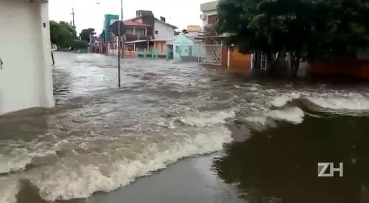 Enchente atinge centro de Alegrete e bloqueia ponte