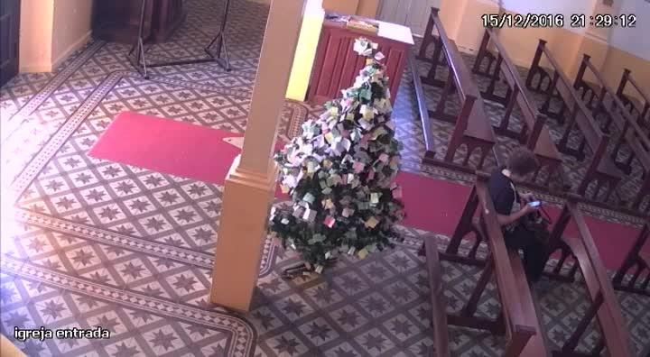 Idosa é roubada e atacada por mulher dentro de igreja em São Sepé