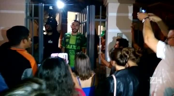 Leitor registra chegada de Alan Ruschel, jogador da Chapecoense, em Nova Hartz