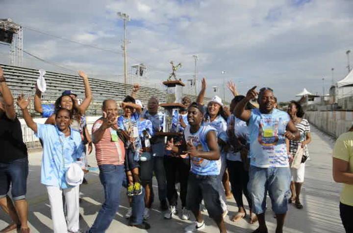 Integrantes da Bambas comemoram vitória