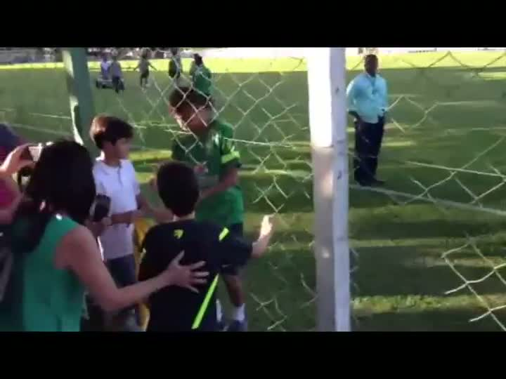 Treino da Seleção é marcado por carinho de torcedores - 11/06/2013