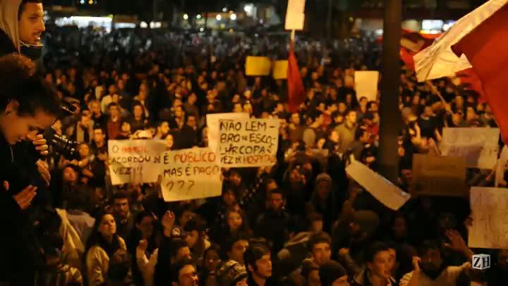 Manifestantes cantam hino rio-grandense em protesto