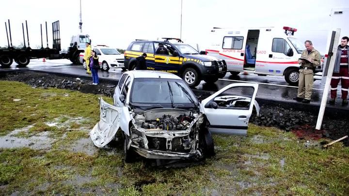 Colisão entre um caminhão e um Renault Clio matou uma mulher no km 296 da BR-116