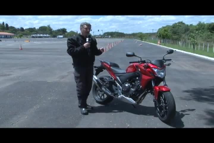 Carros e Motos - Renato Gava faz um test drive na Honda CB 500F - Bloco 2 - 03/11/2013