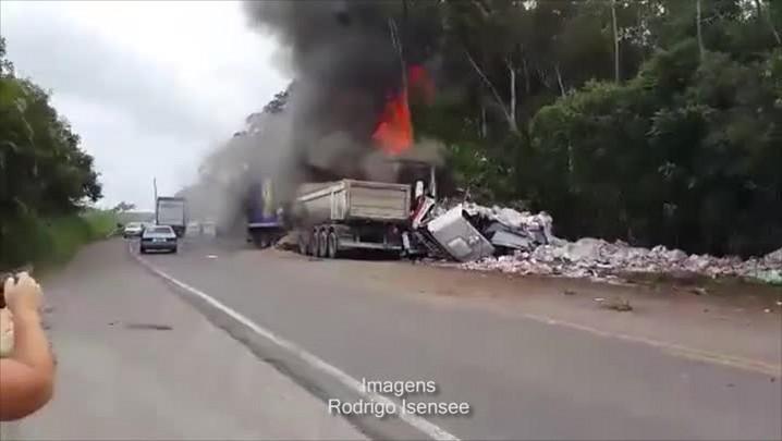 Trabalho dos bombeiros na Br-470 após acidente