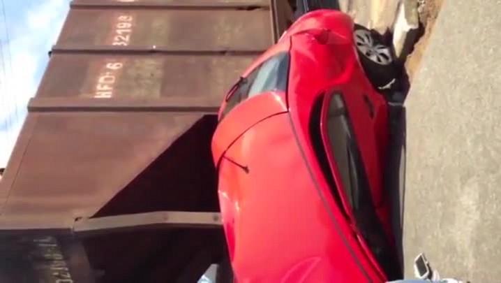 Vídeo mostra resgate a motorista que colidiu contra um trem em São Francisco do Sul