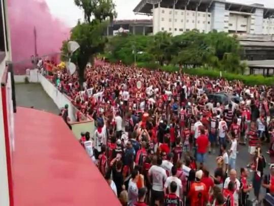 Torcida faz festa na chegada do ônibus do JEC à Arena Joinville