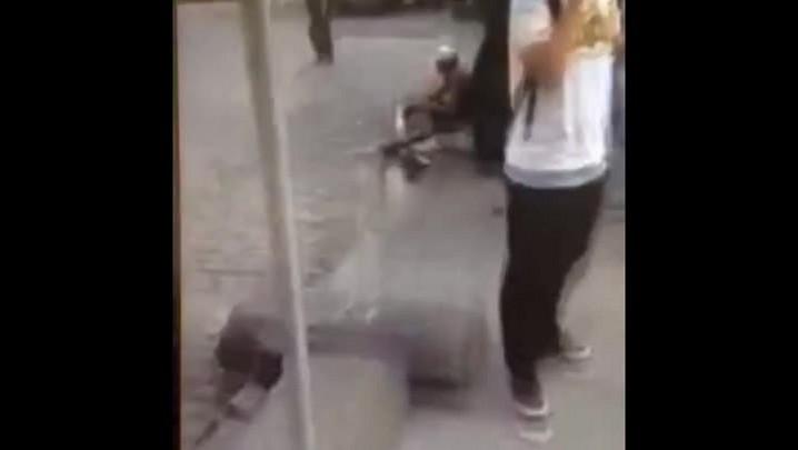 Vídeo mostra homem lavando material de carrocinha de cachorro-quente em poça d\'água