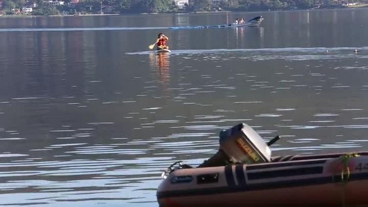 Deficientes físicos praticam stand up padle (SUP) adaptado na Lagoa da Conceição