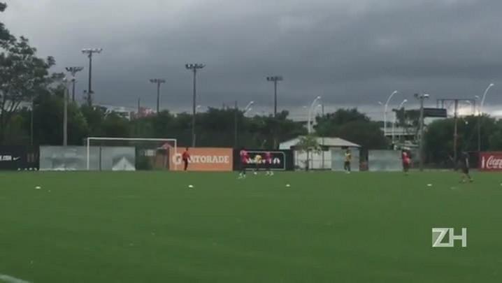 Argel comanda treino em campo reduzido, com Paulo Cezar no time