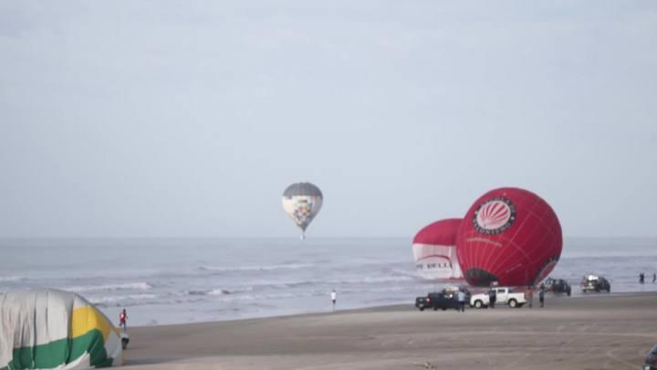 Bal�es caem ao mar durante Festival de Balonismo de Torres