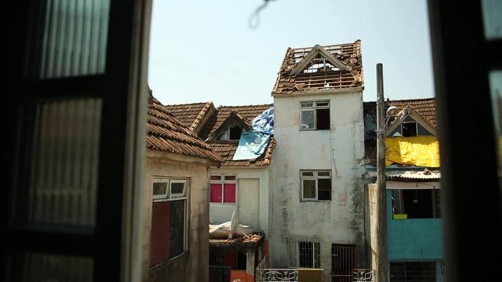 Raio atinge casa e derruba telhados na Chico Mendes
