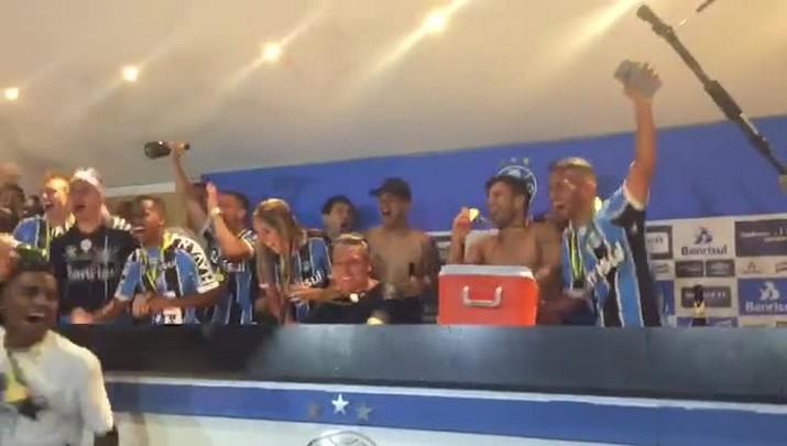 Jogadores supreendem Renato com banho de espumante após conquista da Copa do Brasil