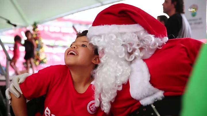 Cerca de mil crianças e adolescentes recebem o Papai Noel no Beira-Rio