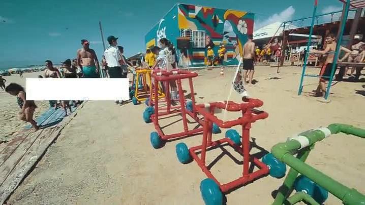 Crianças cadeirantes tomam banho de mar