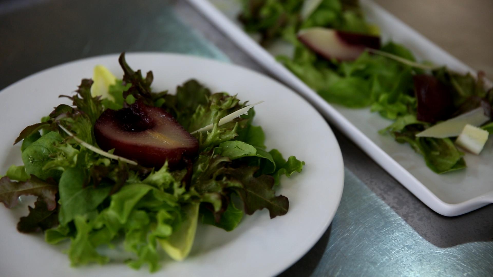 Aprenda a preparar saladas rápidas para o verão