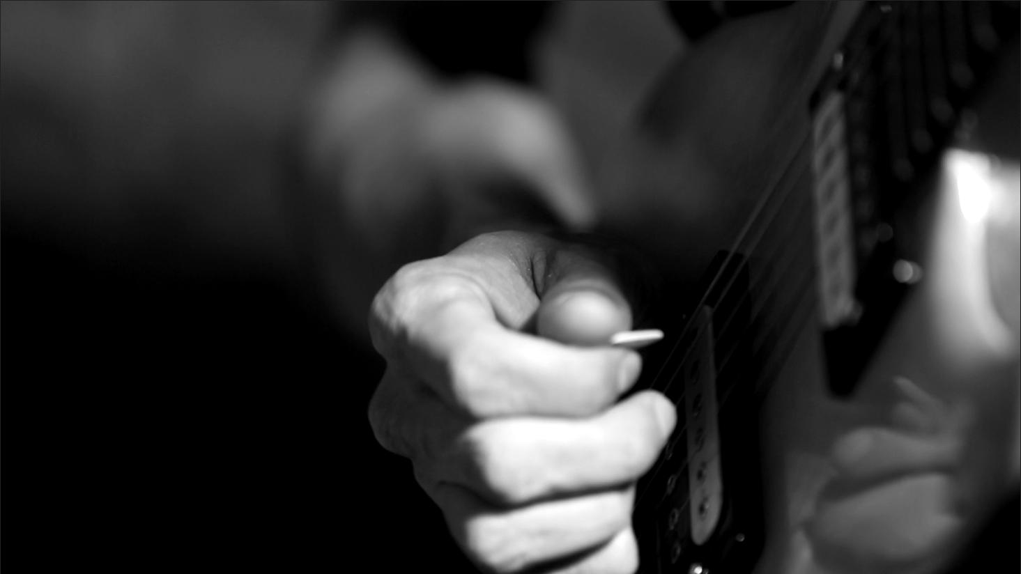 """Estúdio Anexo: Luciano Bilu e banda tocam \""""Selling Happiness\"""""""